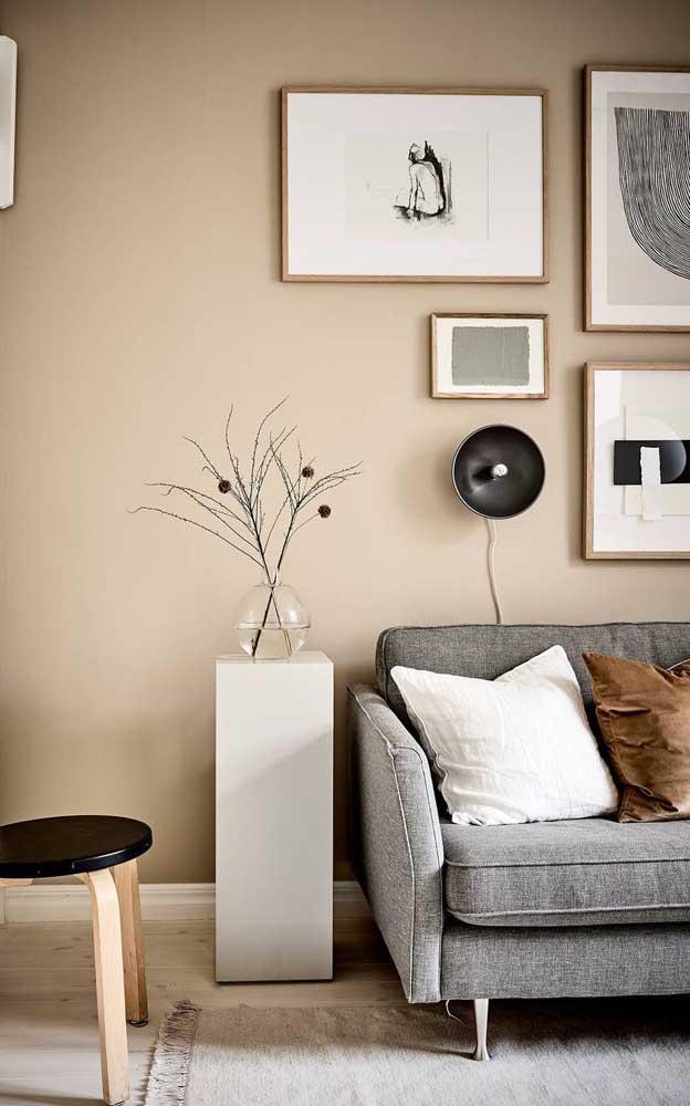 Parede marfim para essa sala que mescla o moderno com o vintage