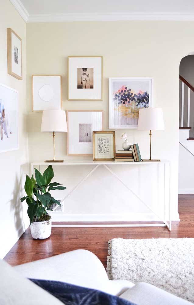 A parede marfim casou perfeitamente bem com o piso de madeira da casa