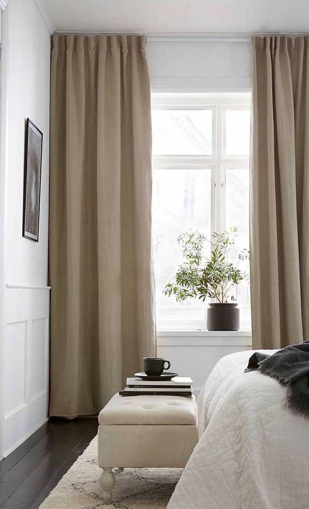 O recamier em tom de marfim forma uma linda composição com a cortina marrom