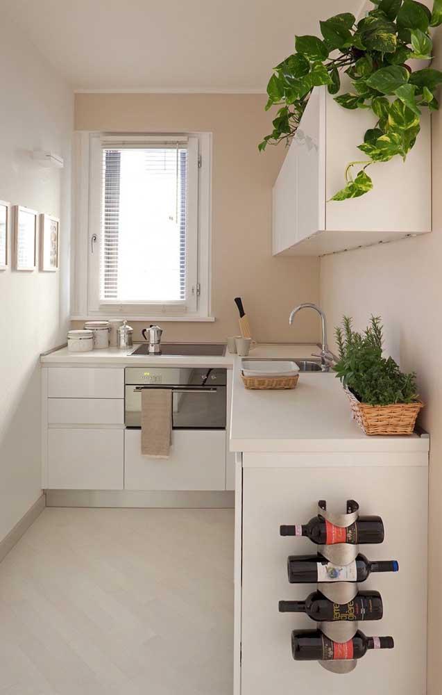 Essa cozinha pequena, em estilo corredor, traz paredes em cor marfim como alternativa ao uso do branco