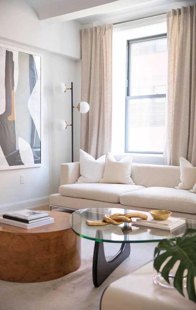 Já nessa outra sala, a opção foi usar a cor marfim nas cortinas e no sofá