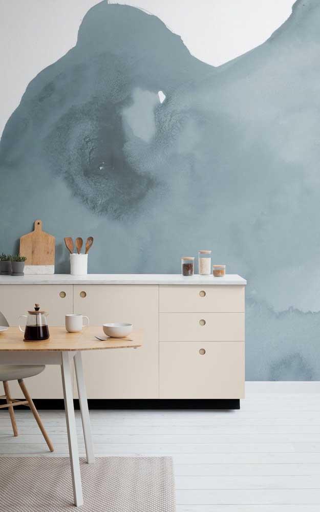 Que lindo o contraste formado entre o azul da parede e o tom marfim do armário