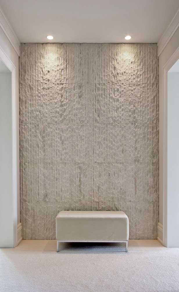 A textura na parede ajudou a realçar a cor marfim