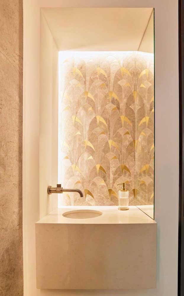 Nesse lavabo, a cuba esculpida segue o mesmo tom de marfim da parede