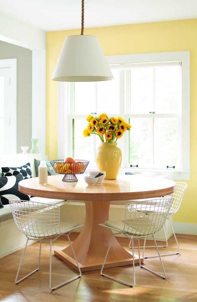 Para um ambiente mais quente, combine a cor marfim com tons de amarelo