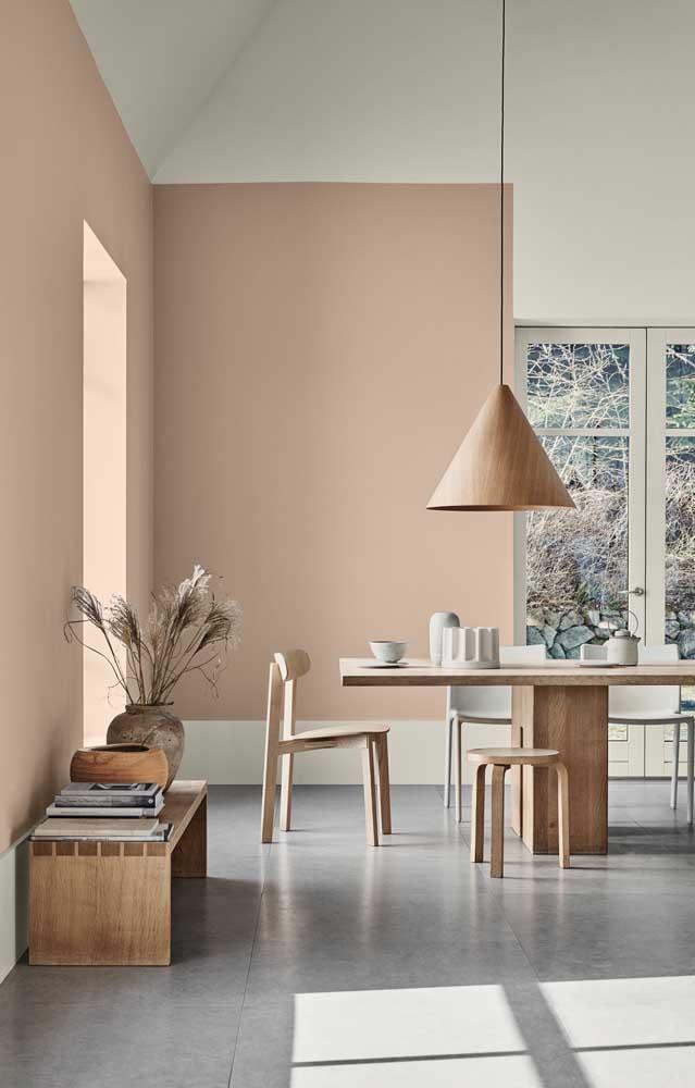 Uma sala de estar rústica, com paredes em marfim escuro, sem perder a elegância