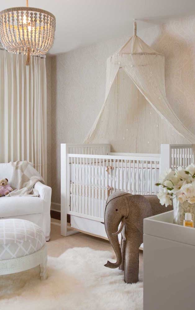 Para um quarto de bebê delicado e acolhedor, use marfim