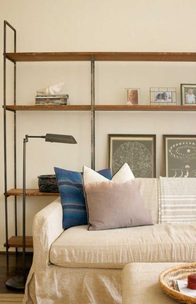 A suavidade do tom marfim pode ser usada à vontade; repare que aqui, por exemplo, a cor aparece na parede e no sofá