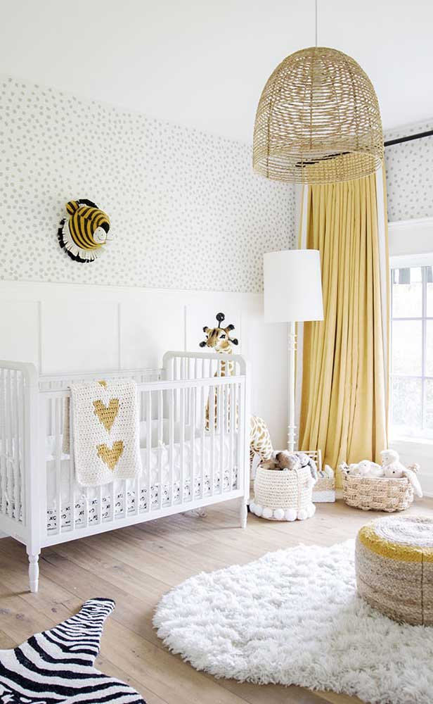 Quarto infantil moderno decorado com uma paleta de cores que une o branco, o amarelo e o marfim com pequenos detalhes em preto