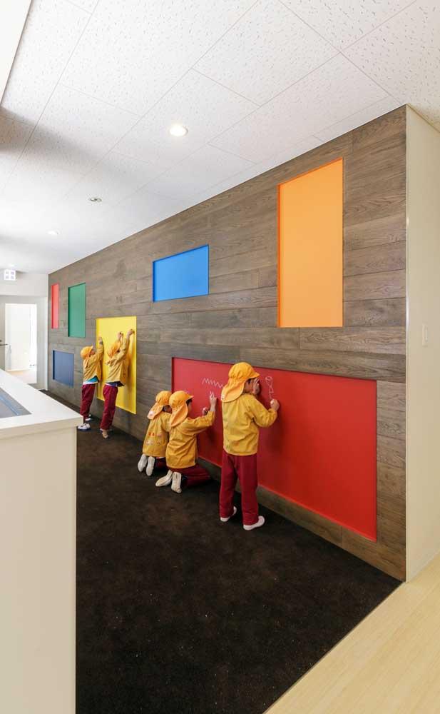 Decoração de sala de aula com parede lousa colorida
