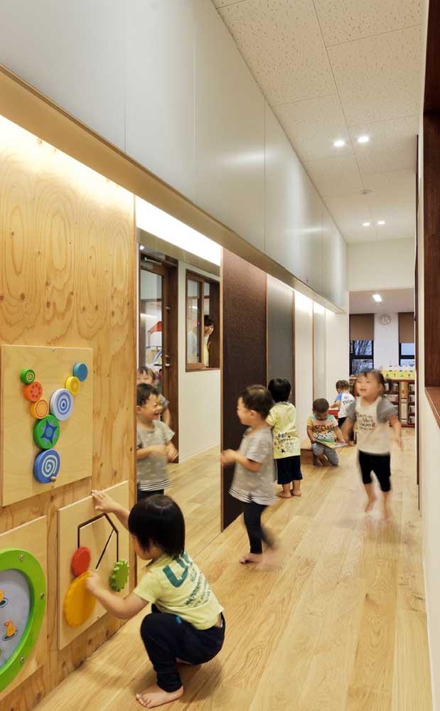 O corredor da escola também pode entrar na decoração