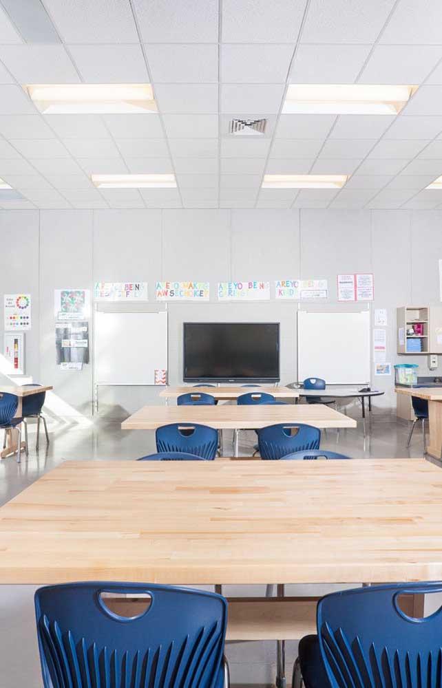 A decoração dessa sala de aula grande e espaçosa foi feita com cartazes produzidos pelos próprios alunos