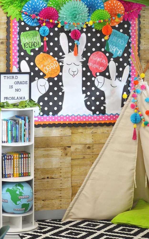 O painel divertido de lhamas é o destaque dessa outra decoração de sala de aula