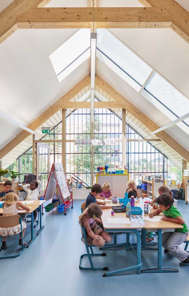 O piso emborrachado é mais seguro e ainda deixa a sala de aula mais colorida