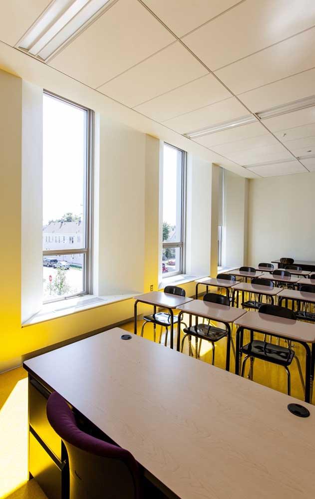 E por falar em piso, repare nessa proposta de decoração de sala de aula com piso amarelo, incrível!