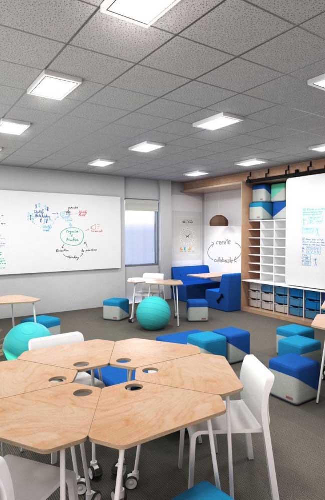 Os puffs trazem um clima descontraído para a sala de aula; ótima sugestão para uma decoração voltada ao ensino médio