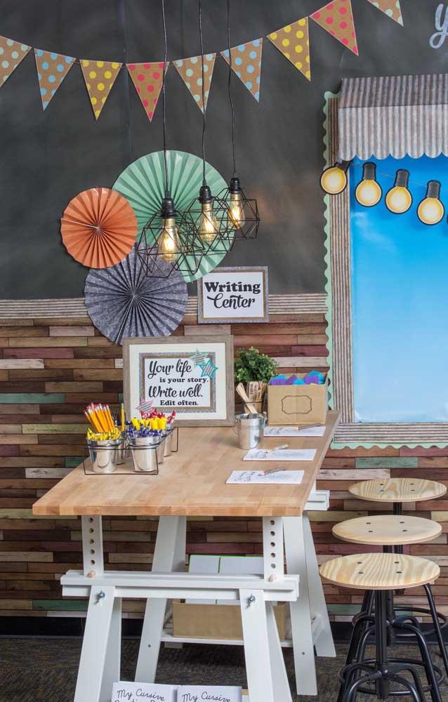 Decoração de sala de aula com bandeirolas e enfeites de papel