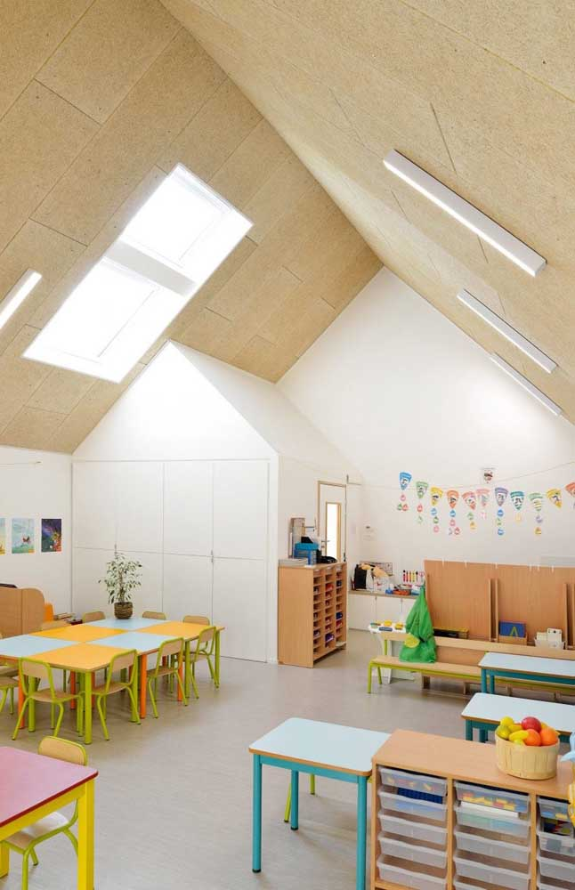 Pense na organização como parte da decoração da sala de aula, por isso tenha em mãos caixas organizadoras para reunir os materiais