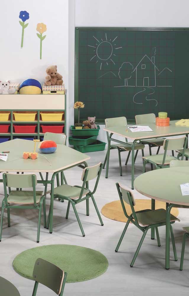 A decoração da sala de aula infantil deve ser semelhante ao que a criança encontra em casa, ou seja, cores e brinquedos