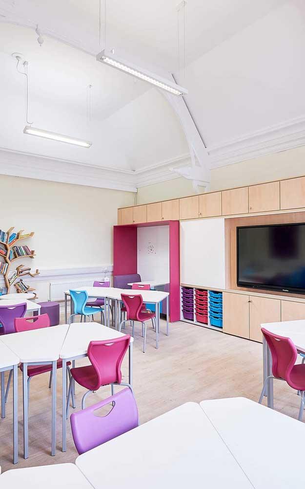 Nessa sala de aula o destaque vai para a mini biblioteca em formato de árvore