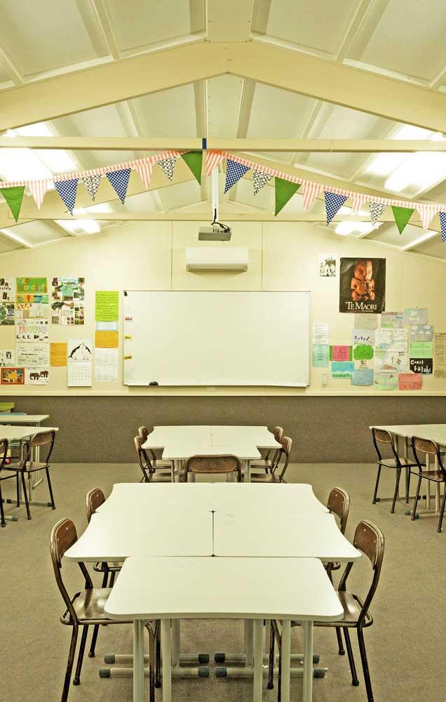 Sala de aula decorada com enfeites no teto e cartazes na parede