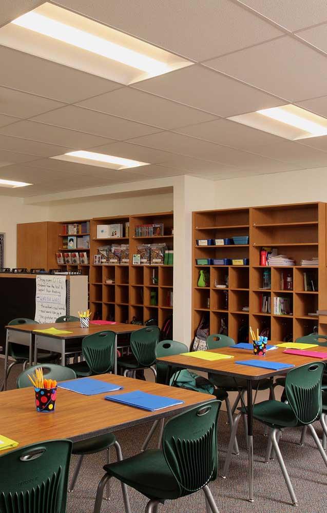 Nichos e prateleiras ajudam na organização e decoração da sala de aula