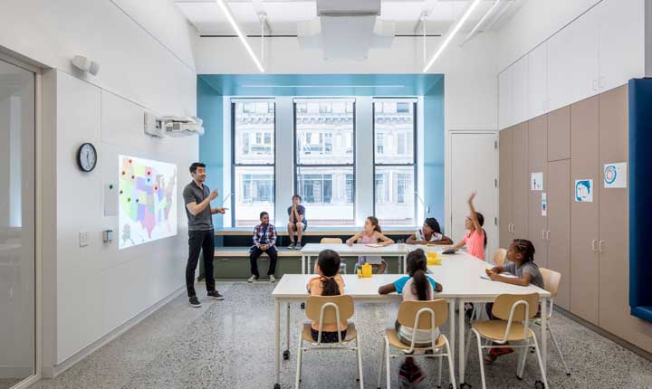 Sala de aula multimídia decorada de forma simples e objetiva