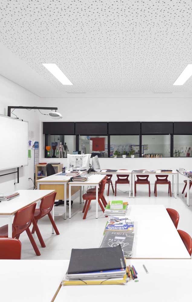 Sugestão de decoração de sala de aula para ensino fundamental e médio; cores neutras e um layout diferenciado