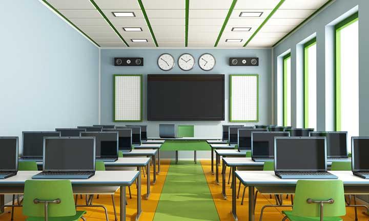 Sala de informática da escola decorada em tons de amarelo e verde