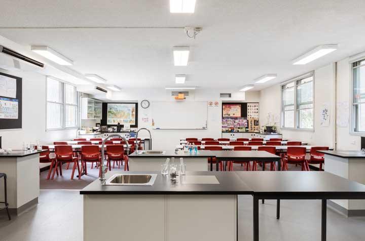 O laboratório de ciências ganhou vida com as cadeiras vermelhas