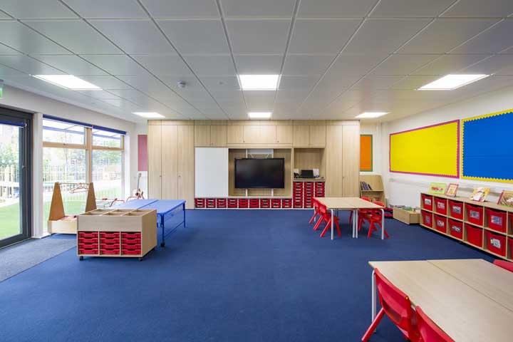 E que tal um piso emborrachado azul para acolher os alunos?