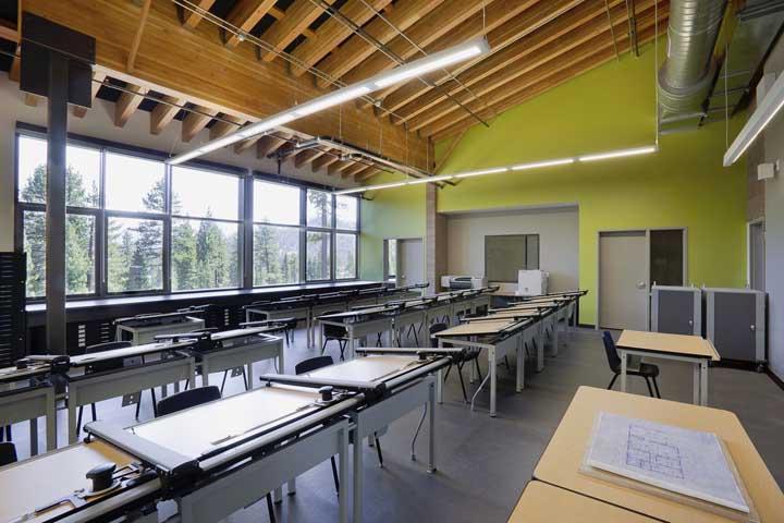 Uma tinta verde na parede e tcharam...a sala de aula já fica com outra cara!