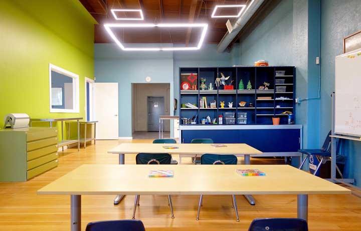 Cores que estimulam o aprendizado e favorecem a disciplina são bem vindas na decoração da sala de aula, como é o caso do azul e verde