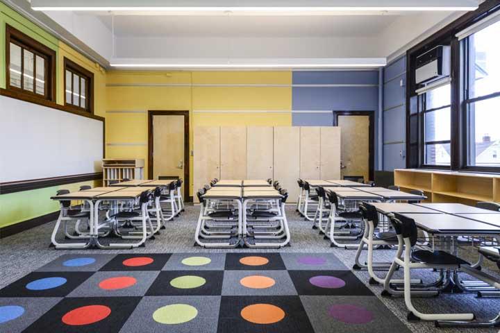 Piso com carpete para manter a sala de aula sempre agradável e confortável