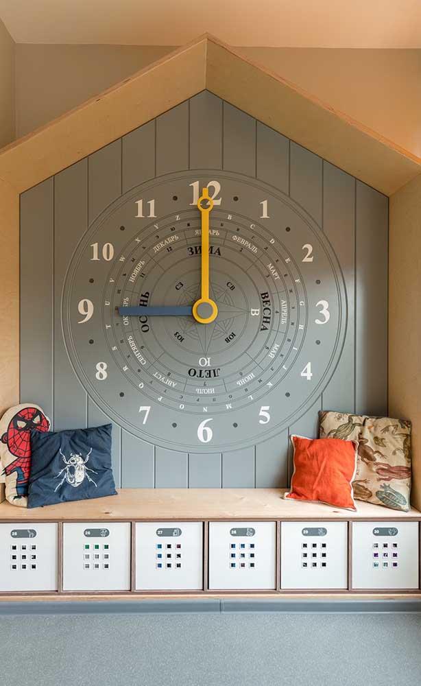 O relógio bússola foi desenhado na parede da sala de aula junto ao armário dos alunos