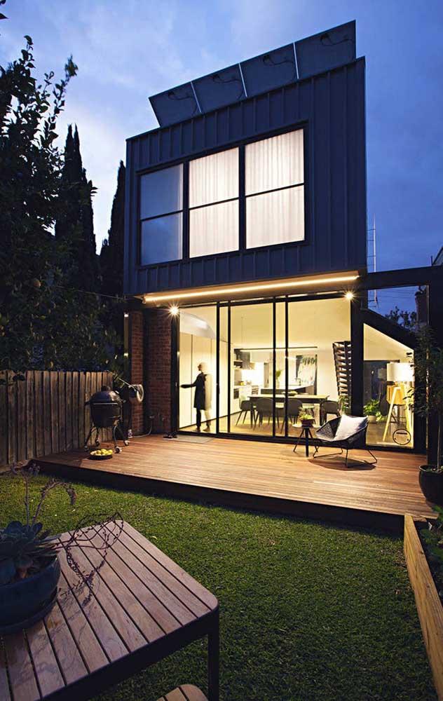 Modelo de casa duplex super moderna; repare que a fachada do pavimento superior é feita de metal
