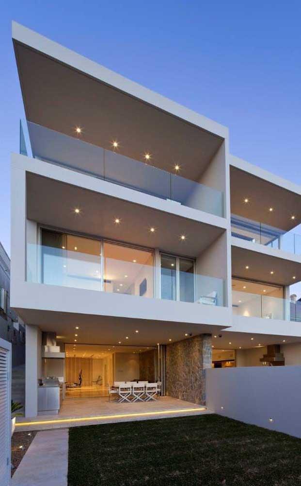 Para quem está em busca de uma casa duplex ampla e sofisticada, essa aqui da imagem é ideal