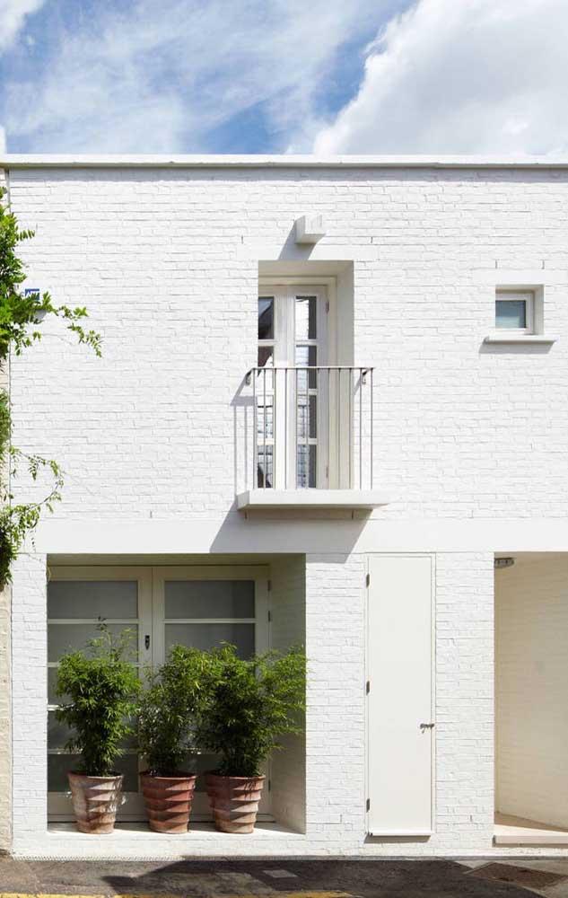 Super charmosa essa casa duplex pequena com fachada de tijolinhos brancos aparentes
