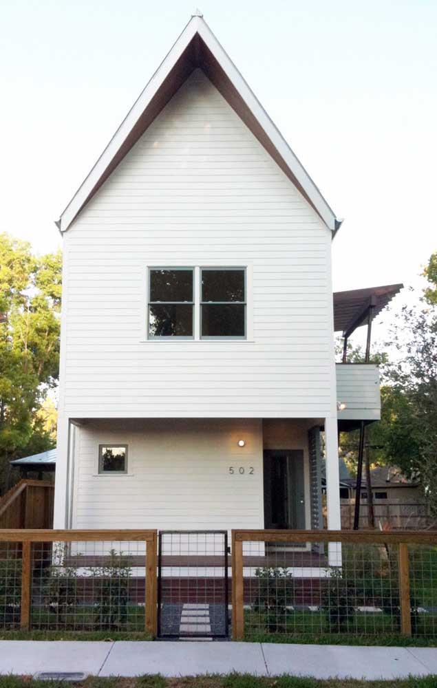 Casa duplex com fachada de madeira; note que nas laterais do terreno foi possível construir um jardim
