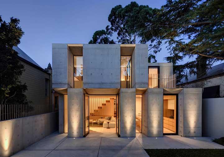 Moderna, essa casa duplex surpreende pela fachada que mistura concreto aparente com vidro