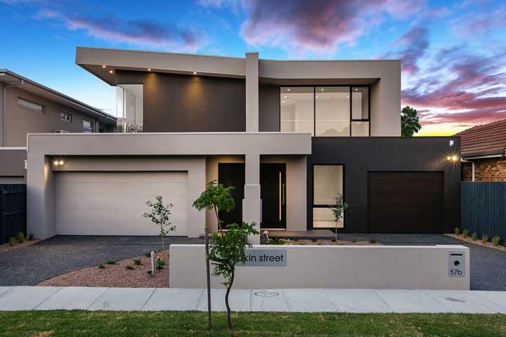 Não parece, mas esse é um modelo de casa duplex geminada de muito estilo, requinte e bom gosto