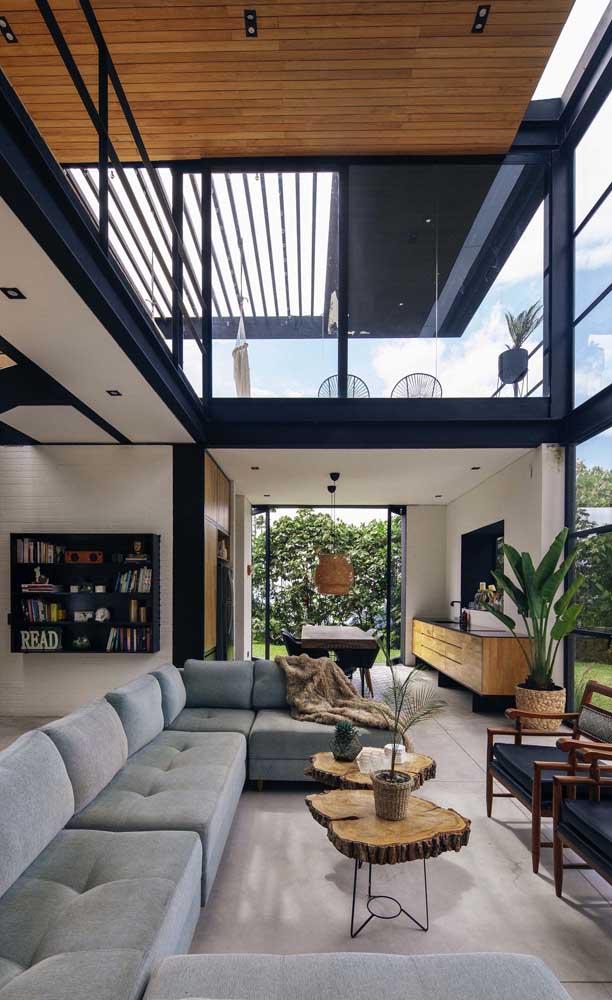 Vista interna de uma casa duplex; repare no tamanho do pé direito e na beleza do mezanino todo revestido em vidro