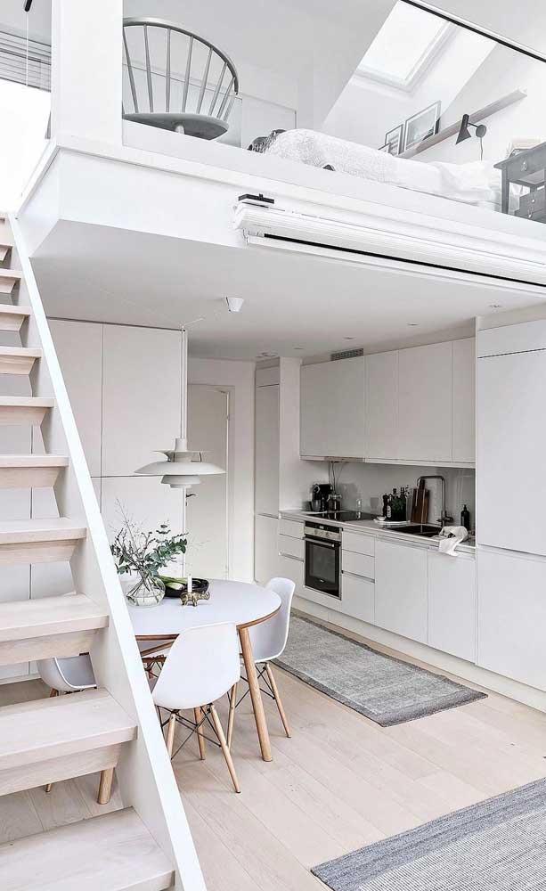 Casa duplex pequena com mezanino; o branco torna o espaço visualmente mais amplo