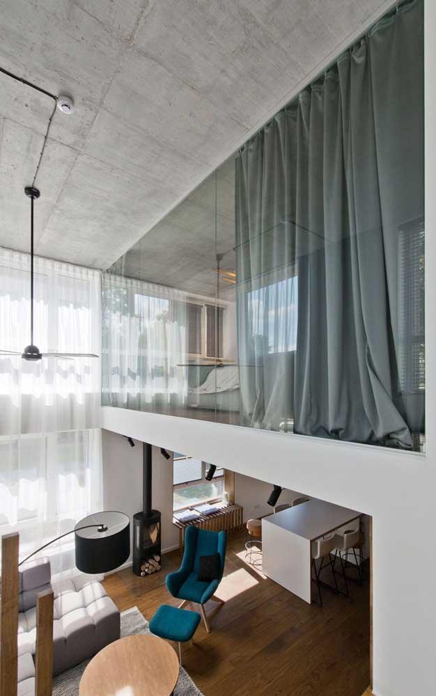 Linda inspiração de uma casa duplex moderna com piso de madeira, mezanino e teto de concreto aparente