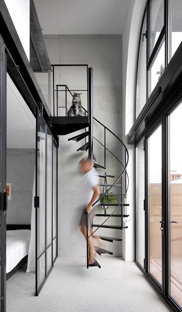 Casa duplex pequena com escada estilo caracol fazendo a ligação entre os pavimentos