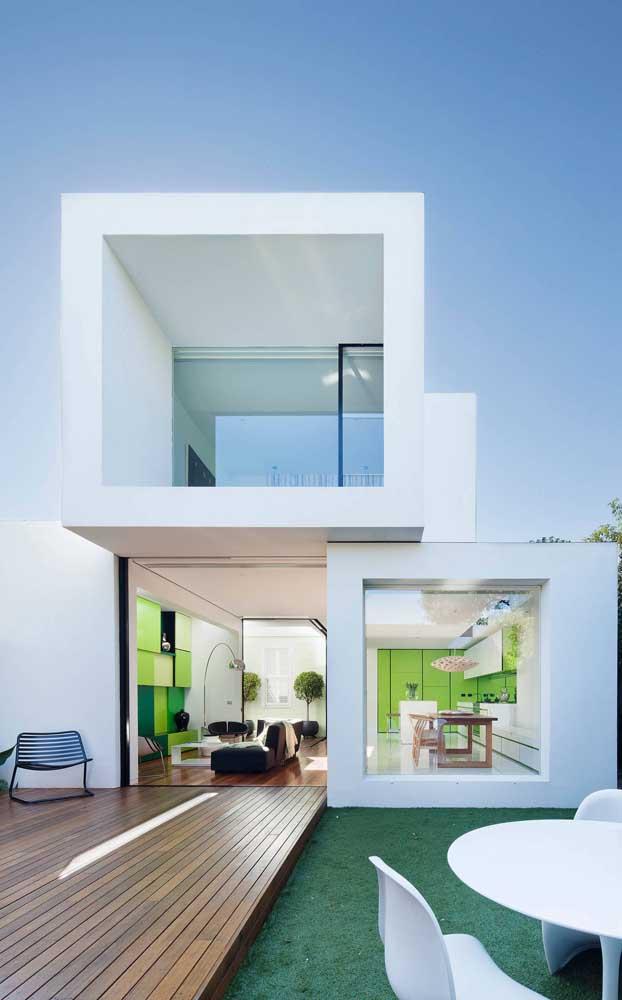Modelo de casa duplex moderna com ambientes totalmente integrados; a verticalização da construção permitiu uma área externa aconchegante