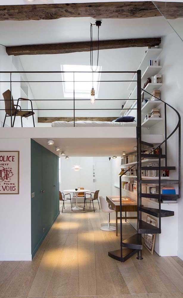 Nessa casa duplex, um mezanino charmoso acomoda o quarto, enquanto o piso inferior dá conta dos ambientes sociais