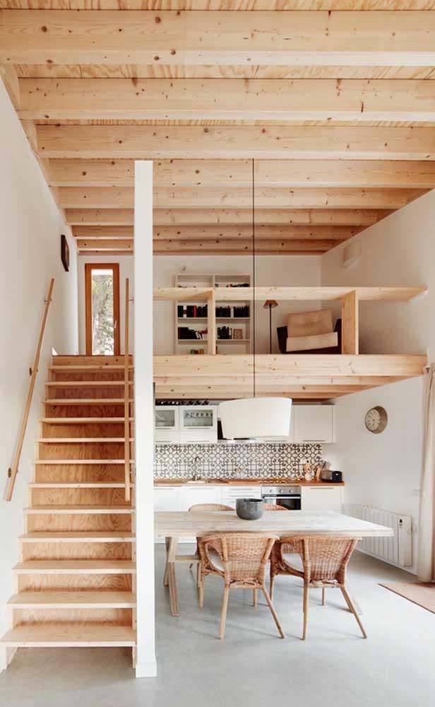 A madeira de pinus trouxe um ar rústico ao interior da casa duplex sem, contudo, tirar a modernidade do projeto
