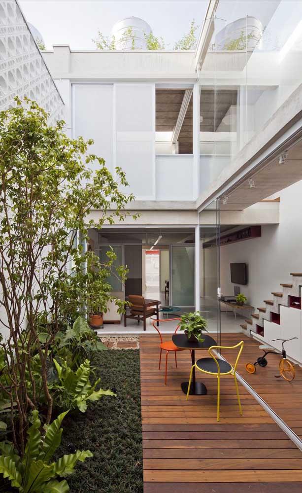 Casa duplex moderna com todos os ambientes conectados; repare que o uso do vidro acentua a ligação entre os cômodos da casa