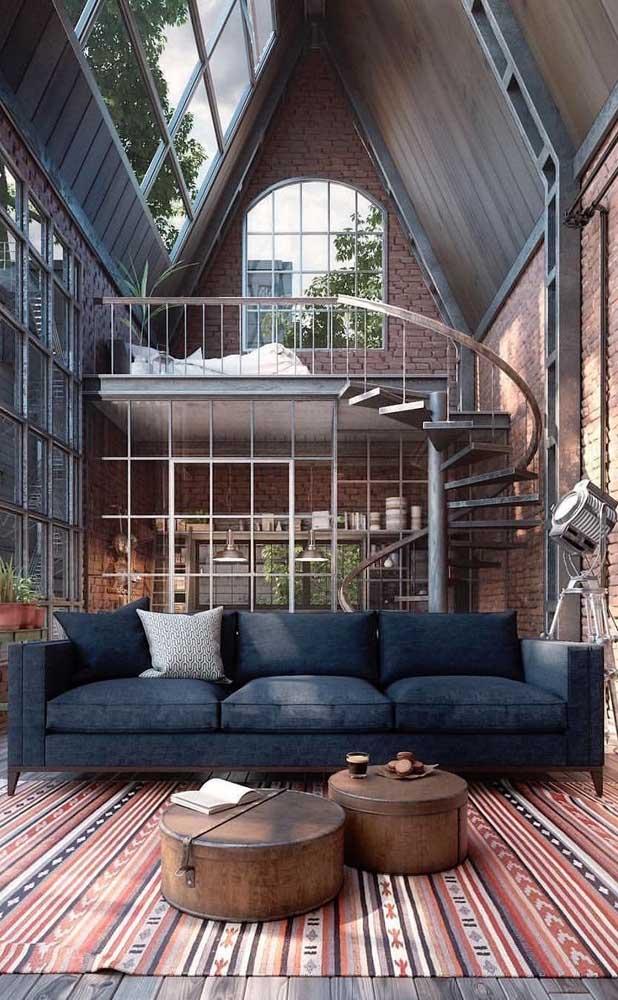Casa duplex com paredes de tijolinhos e janelas de vidro em estilo industrial; um lindo modelo para se inspirar